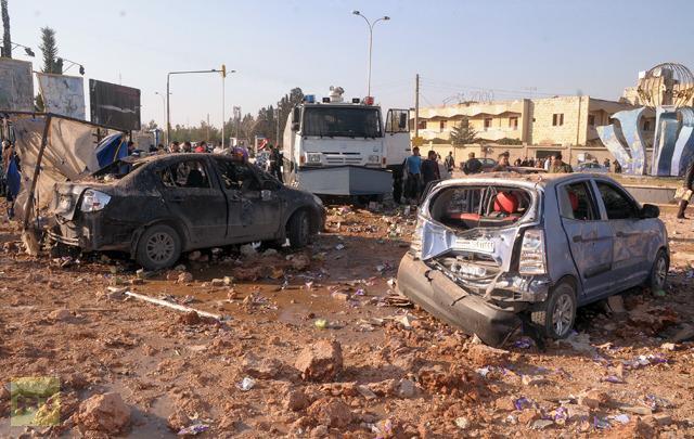 Kendaraan yang rusak terlihat di luar Universitas Allepo, antara asrama universitas dan fakultas arsitektur, menyusul sebjuah ledakan pada 15 Januari 2013 (AFP Photo/STR)