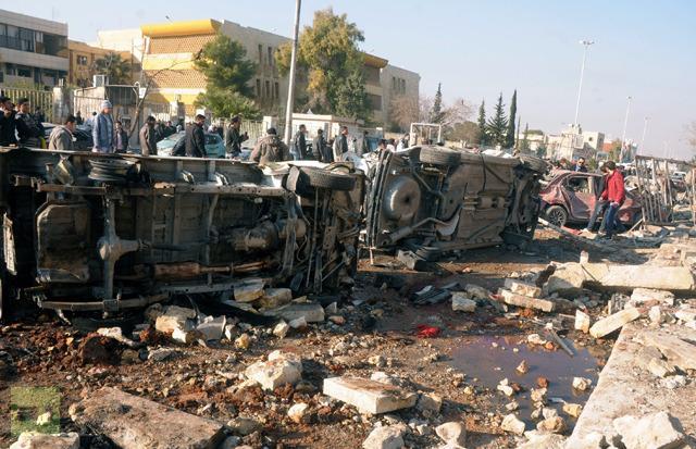 Sebuah foto berita yang dirilis oleh Syrian Arab News Agency (SANA) (Kantor Berita Arab Suriah—Red), menunjukkan situasi ledakan di luar Univeristas Aleppo, antara asrama universitas dan fakultas arsitektur, pada 15 Januari 2013 (AFP Photo/Sana)