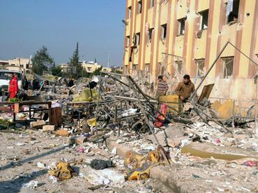 Sebuah foto berita yang dirilis Syrian Arab News Agency (SANA) (Kantor Berita Arab Suriah—Red), menunjukkan situasi akibat sebuah ledakan di luar Universitas Aleppo, antara asrama universitas dan fakultas arsitektur, pada 15 Januari 2013 (AFP Photo /Sana)