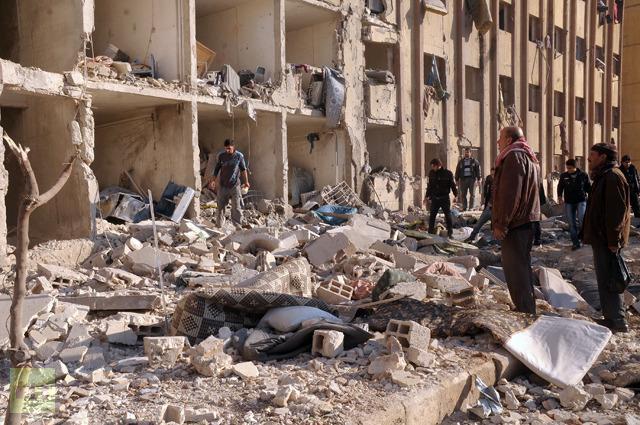 Warga Suriah berdatangan di tempat ledakan di luar Universitas Aleppo, antara asrama universitas dan fakultas arsitektur, pada 15 Januari 2013 (AFP Photo/STR)
