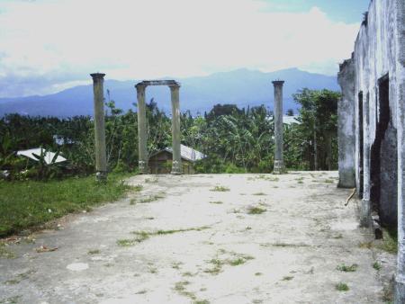 Rumah Raja NAK bagian utara (medio 2007, pascarenovasi bagian selatan). Tampak dari arah selatan; latar belakang pengunungan di Pulau Seram