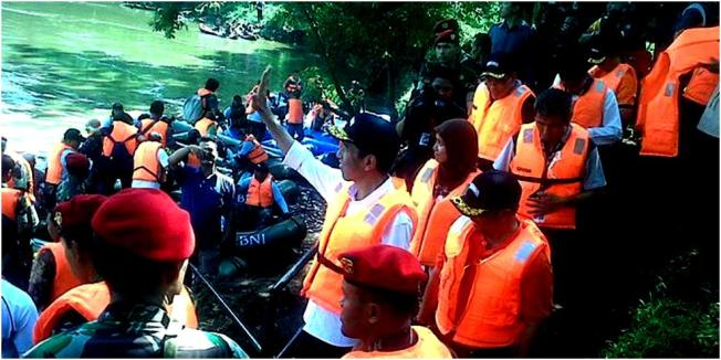 KOMPAS.co/Indra Akuntono. Gubernur DKI Jakarta Joko Widodo sesaat sebelum menyusuri Sungai Ciliwung bersama Kopassus, di Cijantung, Jakarta Timur, Jumat (5/4/2013).