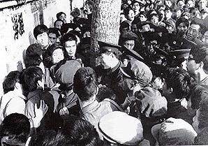 """Ratusan warga Tiongkok berkumpul di deapn """"Tembok Demokrasi""""."""