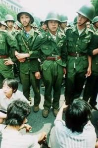 3 Juni: Para prajurit TPR tak bersenjata di luar Balai Agung Rakyat, memerlihatkan pengekangan maksimum yang mereka upayakan untuk memblokade gerak maju dari para pengunjuk rasa.