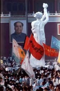 """Para mahasiswa """"prodemokrasi"""" membawa sebuah patung besar Dewi Liberty di Lapangan Tiananmen."""