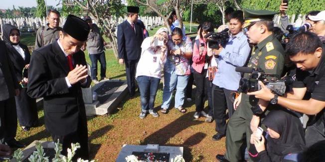 Gubernur DKI Jakarta Joko Widodo ziarah ke Taman Makam Pahlawan Kalibata. | Fabian Januarius Kuwado/ KOMPAS.COM