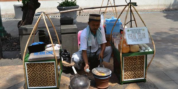 Hamzah, salah satu pedagang kerak telor yang ada di kawasan Kota Tua, Jakarta. | KOMPAS.COM/FITRI PRAWITASARI