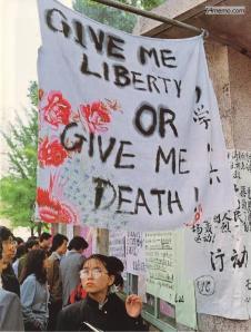 25 April: Sebuah slogan Revolusi Amerika di sprei seseorang digantung di Universitas Peking.