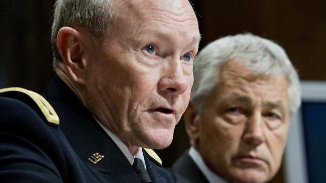 Menteri Pertahanan AS Chuck Hagel (Kanan) mendengarkan Kepala Staf Gabungan Angkatan Bersenjata AS Jenderal Martin Dempsey. (Foto AFP/ Karen Bleier)