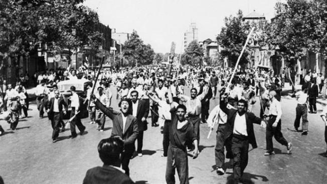 Demonstrasi monarkis di pusat kota Teheran, 26 Agustus 1953. (Foto AFP)