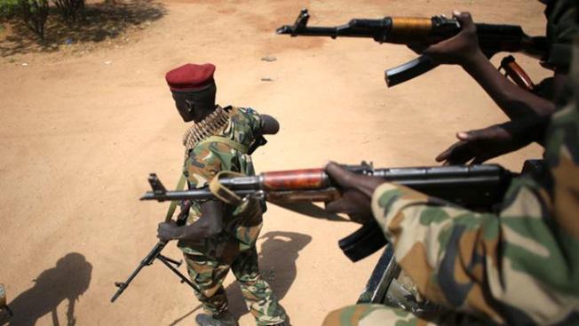 Seorang tentara TPRS (Tentara Pembebasan Rakyat Sudan/SPLA Sudan People's Liberation Army—Red DK) berjalan menjauh dari kendaraan di Juba 21 Desember 2013. Para mediator Afrika dicari pada hari Sabtu untuk bertemu para rival Presiden Sudan Selatan dalam upaya untuk mengakhiri pertempuran yang merupakan ancaman untuk menyeret negeri terbaru di dunia itu ke dalam perang sipil etnis. (Reuters / Goran Tomasevic)