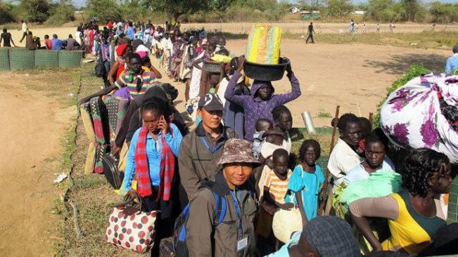 Para warga sipil antre di luar MPPBBDSS campuran (Misi PPB di Sudan Selatan campuran /UNMISS compound—Red DK) di Bor, pada 18 Desember 2013. (Foto AFP/Rolle Hinedi)