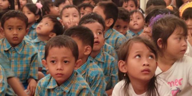 KOMPAS.COM/FABIAN JANUARIUS KUWADO--Sekitar seratus anak dari Rusunawa Marunda mengunjungi Balaikota, Jakarta Pusat, Selasa (22/4/2014).
