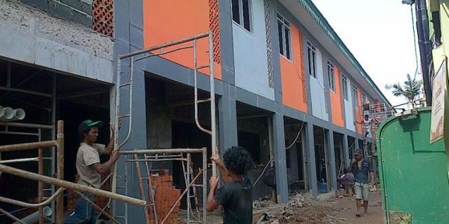 KOMPAS.com/Fitri Prawitasari Pembangunan Kampung Deret Petogogan, Jakarta Selatan sudah mendekati tahap rampung. Tembok dan atap bangunan sudah mulai terpasang. Beberapa tembok terlihat sudah di cat seragam pada rumah yang berbentuk deret, Selasa (18/3/2014).