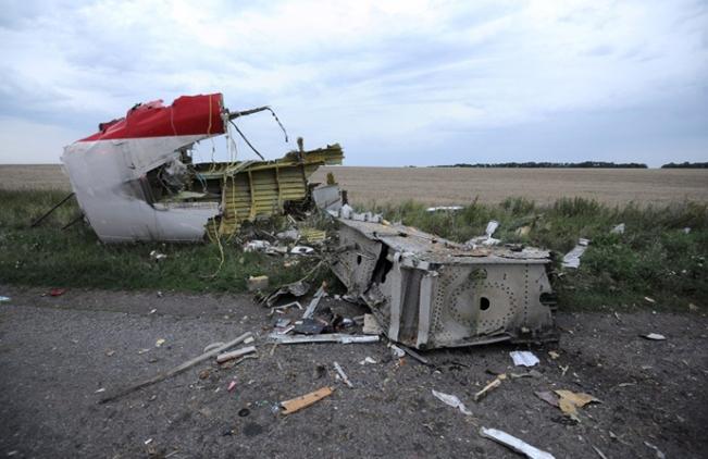 Sebuah gambar yang diambil pada 17 Juli 2014 menunjukkan reruntuhan pesawat Malaysia yang mengangkut 295 orang dari Amsterdam ke Kuala Lumpur, setelah jatuh dekat kota Shaktarsk. (Foto AFP / Dominique Faget)