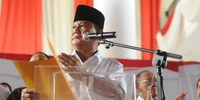 KOMPAS/WAWAN H PRABOWO Calon presiden Prabowo Subianto menyampaikan pidato penolakkannya terhadap hasil pilpres 2014 di Rumah Polonia, Jakarta Timur, Selasa (22/7/2014). Pernyataan sikap tanpa kehadiran calon wakil presiden Hatta Rajasa tersebut merupakan bentuk kekecewaan dari tim pemenangan Prabowo Subianto-Hatta Rajasa terhadap pelaksanaan pilpres 2014 yang mereka nilai banyak diwarnai oleh kecurangan.