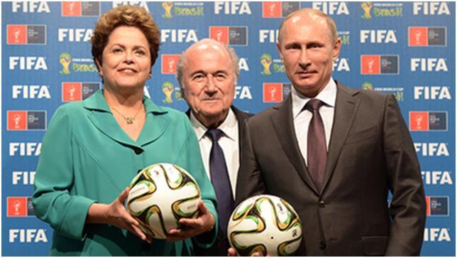 Dari kanan: Presiden Rusia Vladimir Putin, Presiden FIFA Joseph Blatter dan Presiden Brasil Dilma Rousseff pada saat upacara resmi penyerahan sertifikat-bertandatangan Piala Dunia 2018 kepada Rusia, 13 Juli 2014 (RIA Novosti/Aleksey Nikolskyi).
