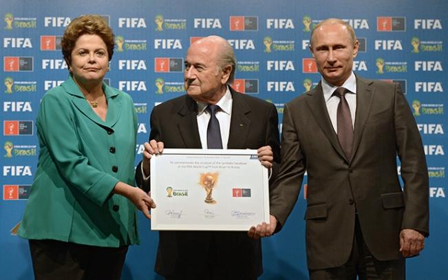 Dari kanan: Presiden Rusia Vladimir Putin, Presiden FIFA Joseph Blatter dan Presiden Brasil Dilma Rousseff pada saat upacara resmi penyerahan setifikat-bertandatangan Piala Dunia 2018 kepada Rusia, 13 Juli 2014 (RIA Novosti / Aleksey Nikolskyi)