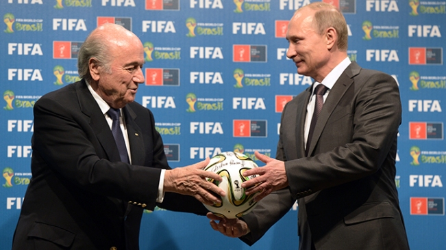 Presiden Rusia Vladimir Putin, kanan, dan Presiden FIFA Joseph Blatter saat upacara resmi penyerahan sertifikat-bertandatangan Piala Dunia 2018 kepada Rusia, 13 Juli 2014. (RIA Novosti / Aleksey Nikolskyi).