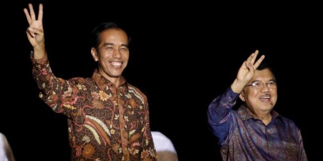 RODERICK ADRIAN MOZES Presiden dan Wakil Presiden terpilih, Joko Widodo (Jokowi) dan Jusuf Kalla (JK) melambaikan salam tiga jari usai memberikan pidato kemenangan, di sebuah kapal pinisi di Pelabuhan Sunda Kelapa, Jakarta Utara, beberapa waktu lalu.