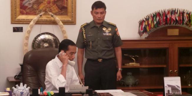 KOMPAS.com/SABRINA ASRIL Presiden Joko Widodo berkomunikasi melalui sambungan telepon dengan Presiden Republik Rakyat Tiongkok Xi Jin Ping, Jumat (24/10/2014) pagi.