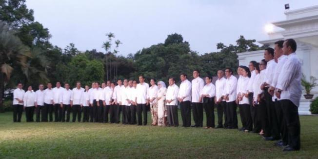 Kompas.com/Sabrina Asril Menteri-menteri Kabinet Kerja yang dipilih Presiden Joko Widodo dan Wakil Presiden Jusuf Kalla berfoto bersama di halaman Istana Negara, Minggu (26/10/2014).
