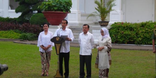KOMPAS.com/DANI PRABOWO Presiden Joko Widodo didampingi Wakil Presiden Jusuf Kalla mengumumkan susunan Kabinet Kerja yang akan bertugas membantu pemerintah dalam lima tahun mendatang, Minggu (26/10/2014), di Istana Negara, Jakarta.