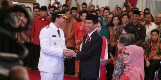 Sabrina Asril Presiden Joko Widodo memberi selamat kepada Basuki Tjahaja Purnama yang baru saja dilantik sebagai Gubernur DKI Jakarta di Istana Negara, Rabu (19/11/2014)