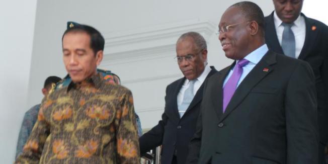 KOMPAS.com/SABRINA ASRIL Presiden Joko Widodo menerima Wakil Presiden Angola Manuel Domingos Vicente di Istana Merdeka, Jumat (31/10/2014) siang.