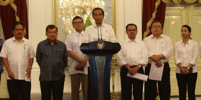 TRIBUN NEWS / DANY PERMANA Presiden Joko Widodo didampingi Wakil Presiden Jusuf Kalla dan para menteri memberikan keterangan kepada wartawan terkait kenaikan bahan bakar minyak, di Istana Merdeka, Jakarta, Senin (17/11/2014). Mulai 18 November 2014 pukul 00.00, BBM jenis premium naik dari Rp 6.500 menjadi Rp 8.500, dan solar dari Rp 5.500 menjadi Rp 7.500