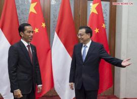 Perdana Menteri Tiongkok Li Keqiang (Kanan) bertemu dengan Presiden Indonesia Joko Widodo di Balai Agung Rakyat, Beijing, ibukota Tiongkok, 9 November 2014. (Xinhua / Wang Ye)