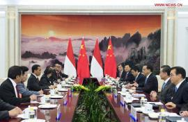 Perdana Menteri Tiongkok Li Keqiang (ketiga dari kanan) bertemu dengan Presiden Indonesia Joko Widodo (ketiga dari kiri) di Balai Agung Rakyat di Beijing, ibukota Cina, 9 November 2014. (Xinhua / Wang Ye)