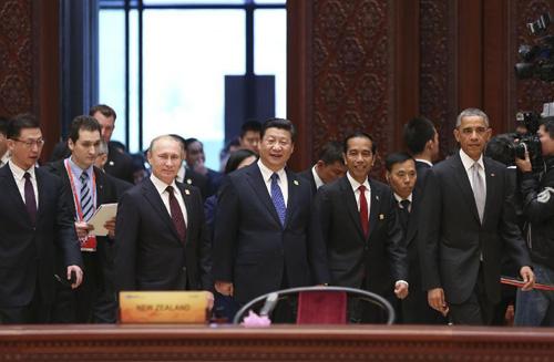 Presiden Tiongkok Xi Jinping (depan Tengah), Presiden AS Barack Obama (depan Kanan), Presiden Indonesia Joko Widodo (depan, kedua dari Kanan), Presiden Rusia Vladimir Putin (depan Kiri) dan para pemimpin lainnya serta perwakilan dari The Asia-Pacific Economic Cooperation (APEC) tiba di tempat diadakannya bagian pertama dari Pertemuan para Para Pemimpin Ekonomi APEC ke-22 di Yanqi Lake International Convention Center, pinggiran utara Beijing, ibukota Tiongkok, 11 November 2014. (Xinhua / Lan Hongguang)