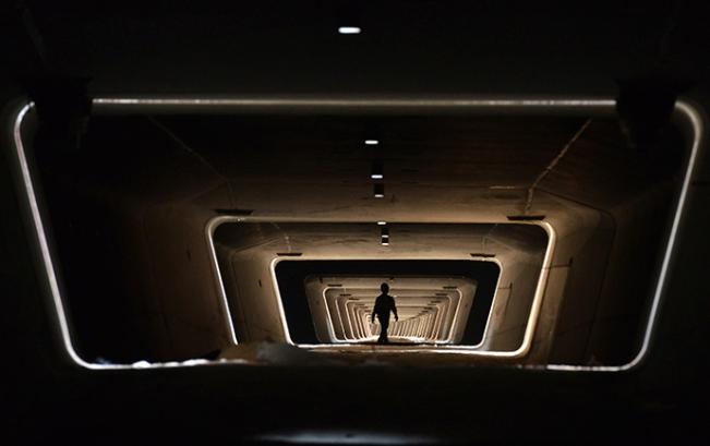Seorang pekerja berjalan di dasar jalur kereta api baru di Yiwu, Provinsi Zhejiang (Reuters / China Daily)