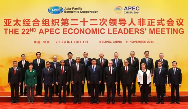 Kerja Sama Ekonomi Asia Pasifik (APEC) pemimpin berpose untuk foto keluarga di International Convention Center di Yanqi Lake di Beijing, November 11, 2014 (Reuters / Kim Kyung-Hoon)