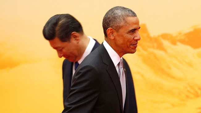 Presiden AS Barack Obama (depan) berjalan melewati mitra kerjanya dari Tiongkok Xi Jinping dalam upacara menyambut Kerjasama Ekonomi Asia Pasifik (APEC), [berada] di dalam International Convention Center, Danau Yanqi, Beijing, 11 November 2014 (Reuters / Kim Kyung- hoon)