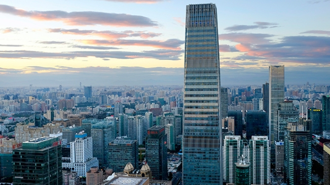 The China World Trade Center Tower III dan bangunan lainnya terlihat di kawasan pusat bisnis Beijing (Reuters / Jason Lee)