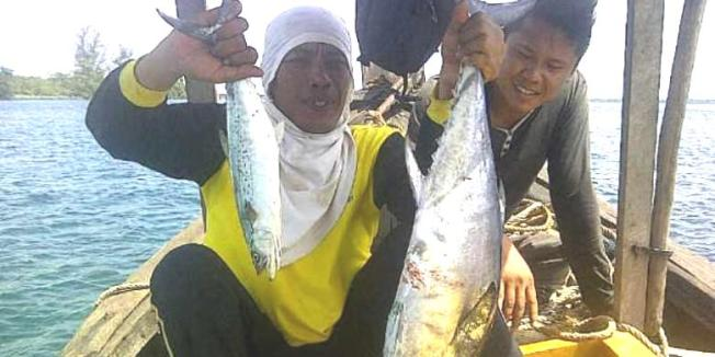Kompas.com/Firmansyah Pemancing memamerkan hasil tangkapan tuna dan tenggiri