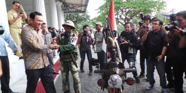 Kompas.com/Kurnia Sari Aziza Gubernur DKI Jakarta Basuki Tjahaja Purnama menemui pendukungnya, Sumery asal Bekasi yang mengidolakannya, di pendopo Balai Kota, Selasa (3/3/2015).