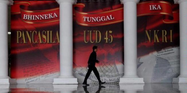 KOMPAS/HENDRA A SETYAWAN Kampanye empat pilar kebangsaan terus digemakan. Salah satunya seperti terpasang di Parlemen, Senayan, Jakarta, Selasa (7/5/2013). Kampanye empat pilar kebangsaan meliputi Pancasila, UUD 1945, NKRI, dan Bhinneka Tunggal Ika.