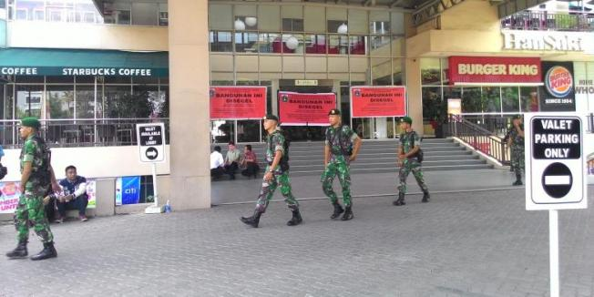 Kompas.com/Unoviana Kartika Dinas Penataan Kota kembali menyegel bangunan Tebet Green di Jalan MT Haryono, Jakarta Selatan, pada Kamis (23/7/2015).