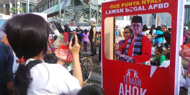 KOMPAS.com/Indra Akuntono Masyarakat DKI Jakarta memberikan dukungan untuk Gubernur DKI Jakarta Basuki Tjahaja Purnama di Bundaran HI, Jakarta, Minggu (8/3/2015).