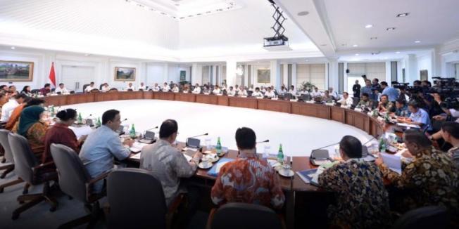AFP PHOTO / PRESIDENTIAL PALACE / LAILY Presiden Joko Widodo dan Wakil Presiden Jusuf Kalla memimpin rapat Kabinet di Istana Presiden di Jakarta, Senin (17/11/2014). Presiden mengatakan akan memotong subsidi BBM yang telah memakan 20 persen APBN, danmengalihkan uang subsidi untuk memperbaiki infrastruktur dan program-program membantu rakyat miskin. AFP PHOTO / PRESIDEN PALACE / Laily