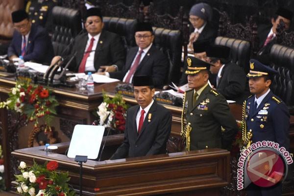Presiden Joko Widodo menyampaikan pidato kenegaraan pertamanya dalam Sidang Tahunan MPR Tahun 2015 di Kompleks Parlemen, Senayan, Jakarta, Jumat (14/8). Dalam sidang tersebut Presiden Joko Widodo menyampaikan laporan pertanggungjawaban kinerja lembaga-lembaga negara. (ANTARA FOTO/Akbar Nugroho Gumay)