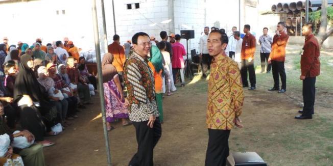 Kompas.com/Kurnia Sari Aziza Presiden Joko Widodo dan Gubernur DKI Jakarta Basuki Tjahaja Purnama saat blusukan membagikan sembako kepada warga di Semper Barat, Jakarta Utara, Kamis (3/9/2015).
