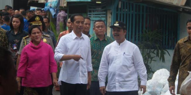 KOMPAS.com/Sabrina Asril Presiden Joko Widodo saat membagikan sembako di wilayah Tanah Tinggi, Jakarta Pusat, Sabtu (29/8/2015).