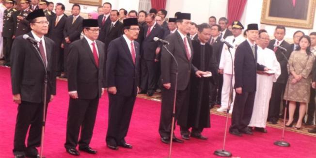 INDRA AKUNTO/KOMPAS.com Lima menteri dan sekretaris kabinet dilantik Presiden Joko Widodo di Istana Negara, Jakarta, Rabu (12/8/2015).