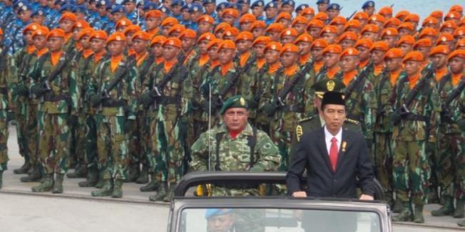 Fabian Januarius Kuwado/KOMPAS.com Presiden Joko Widodo saat melakukan pemeriksaan pasukan TNI dalam perayaan HUT ke-70 TNI di Cillegon, Banten, Senin (5/10/2015).