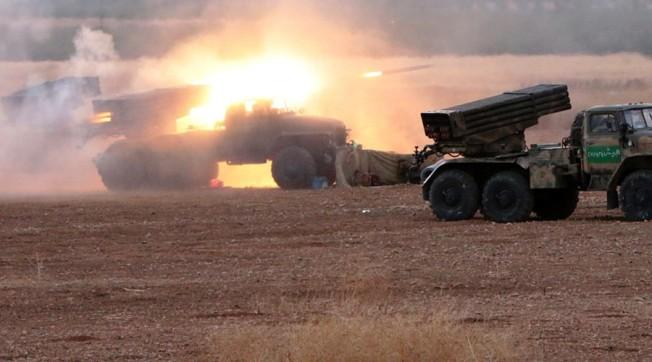 Peluncur roket Grad ditembakkan ke posisi militan ISIS dekat perbatasan antara gubernuran Homs dan Hama, Suriah. © Michael Alaeddin / RIA Novosti