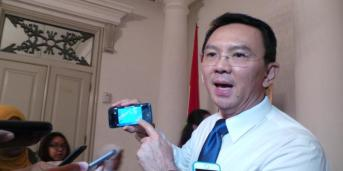 KOMPAS.com/Kurnia Sari Aziza Gubernur DKI Jakarta Basuki Tjahaja Purnama saat pamer CCTV yang terkoneksi dengan HP nya, di Balai Kota, Senin (16/11/2015).